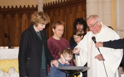 1ère communion à Aveize  et baptême de Mathis et Chloé au cours de la célébration.